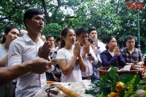 Nghìn người chen nhau cầu bình an ngày mồng 1 'tháng cô hồn' tại Phủ Tây Hồ
