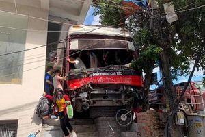 Tạm giữ tài xế xe khách tông hàng loạt xe máy tại Quảng Ninh