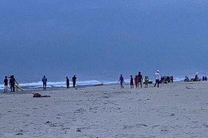 Sáu học sinh rủ nhau tắm biển, hai em bị nước cuốn mất tích