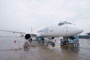 Bay trình diễn máy bay phản lực loại nhỏ Airbus A220 - 300 tại Hà Nội
