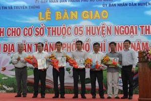 TP HCM trao tặng hơn 11.000 cuốn sách cho 5 huyện ngoại thành