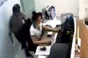 Clip: Bị kề dao vào cổ, nữ nhân viên ở TP.HCM dũng cảm vật ngã tên cướp