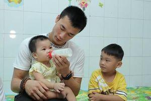 Thủ môn Bùi Tiến Dũng chăm sóc trẻ em gặp hoàn cảnh khó khăn