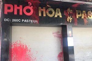 Công an bảo vệ Phở Hòa Pasteur sau khi bị tạt sơn và mắm tôm