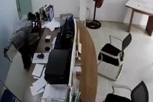 Bắt giữ tên cướp kề dao vào cổ nữ nhân viên cửa hàng sim thẻ ở Sài Gòn