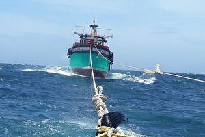 Cứu hộ hai tàu cá trôi dạt trên vùng biển Bình Thuận