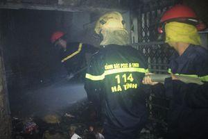 Hơn 200 cảnh sát khống chế lửa trong đêm ở chợ Voi