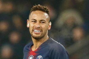 Đồng đội ở PSG kéo Neymar vào ăn mừng chức vô địch siêu cúp Pháp