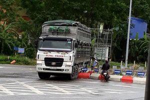 Xe tải 'bay qua' vòng xuyến trên đường Hồ Chí Minh