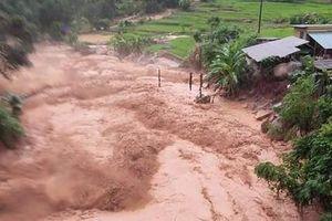 Nước lũ cuốn trôi 20 căn nhà, 13 người dân Thanh Hóa mất tích