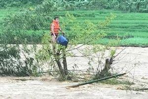 Công an Thanh Hóa vật lộn trong lũ dữ cứu người dân mắc kẹt trên cây