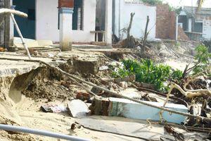Sóng biển đánh tan hoang nhà cửa, nhiều hộ dân ở Quảng Ngãi cuống cuồng sơ tán