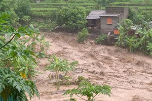 Clip: Hãi hùng nhìn dòng nước lũ cuồn cuộn tràn qua bản làng ở Mường Lát