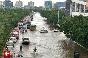 Phố Hà Nội biến thành sông, dòng xe cộ nối đuôi nhau 'bơi' trên đường
