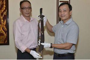Cháu nội cụ Vương Chí Sình hiến tặng gươm quý cho Bảo tàng Hồ Chí Minh
