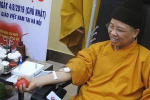 Thượng tọa Thích Thanh Quyết tham gia hiến máu cứu người