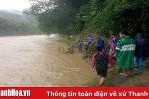 Đoàn viên thanh niên huyện Quan Sơn tham gia cứu hộ, cứu nạn, giúp dân khắc phục mưa lũ