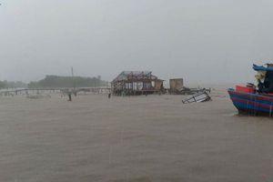 Mưa kèm lốc xoáy ở Kiên Giang khiến hàng trăm ngôi nhà bị sập, tốc mái