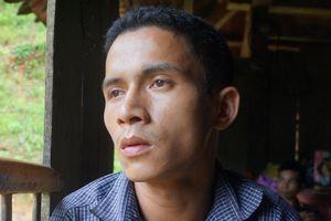 Người đàn ông ngã quỵ khi hay tin mất 6 người thân trong lũ dữ