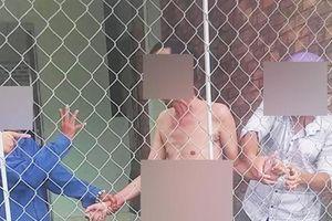 Đối tượng U70 bị người dân bắt giữ trong tình trạng khỏa thân nghi đang dâm ô bé gái 13 tuổi