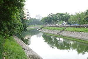 Nước sông Tô Lịch trong veo sau bão
