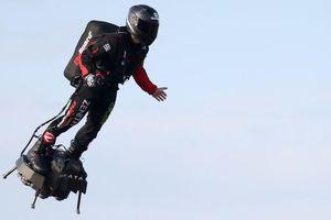 Người bay Zapata vượt eo biển Manche thành công trên ván bay phản lực