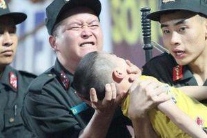 Bé trai bị co giật khi ngồi trên khán đài xem đá bóng, may mắn được đưa đi cấp cứu kịp thời