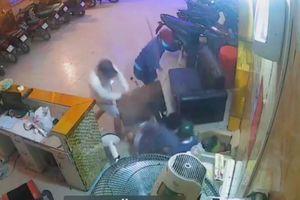 Thanh niên bị nhóm 'giang hồ' truy sát trong quán karaoke ở Sài Gòn