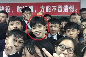 Chụp ảnh tập thể với lớp vẫn siêu cấp đẹp trai, nam sinh gây sốt vì có vẻ mặt giống 'Gun Thần' Lý Hiện
