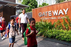 Vì sao bé lớp 1 trường Gateway lúc đi học mặc áo đỏ, rời xe áo trắng?