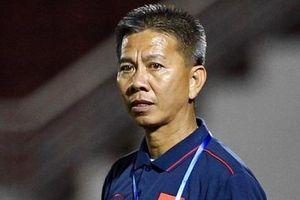 HLV Hoàng Anh Tuấn không ăn mừng bàn thắng may mắn của học trò