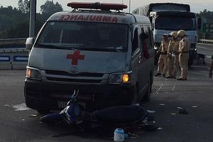 Xe cứu thương chở quan tài tông xe máy, 2 người nguy kịch