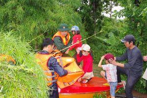 Dầm mưa, vượt lũ đưa dân ra khỏi vùng ngập lụt