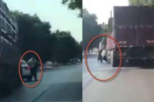 Clip cảnh sát bị cán chết vì nhảy ra khỏi ô tô chặn đường xe tải