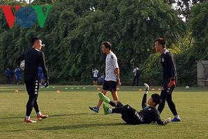 Phí Minh Long 'chọc quê' Bùi Tiến Dũng trong buổi tập của Hà Nội FC