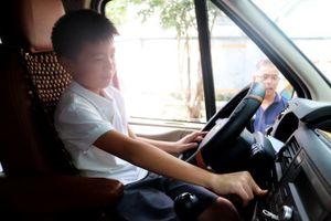 Học sinh thực hành thoát hiểm trên xe ô tô khách sau vụ bé trai 6 tuổi chết thương tâm