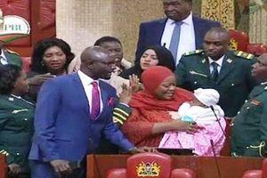 Nữ nghị sĩ bị mời khỏi quốc hội vì cho con bú, nhiều đồng nghiệp bỏ họp để ủng hộ