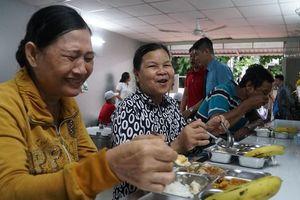 Bếp ăn 'bao no' 4.500 suất mỗi ngày cho bệnh nhân nghèo