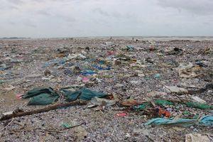 Kinh hãi bờ biển biến thành bãi rác khổng lồ