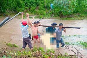 Người đàn ông bị nước cuốn trôi khi đi qua sông