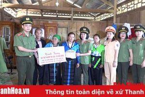 Đoàn thanh niên và Hội phụ nữ Công an tỉnh trao quà cho đồng bào vùng lũ huyện Mường Lát