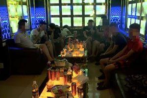Hàng chục dân bay lắc lư trong nhà hàng tắt đèn khóa cửa
