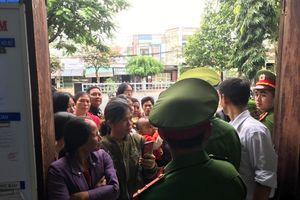 Xử vụ cưa gỗ khô: Người dân phản ứng vì phải ở ngoài hành lang