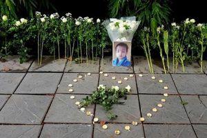 Người dân đặt hoa tưởng niệm bé trai, trường Gateway phản đối