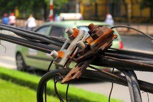 Vướng dây điện rớt xuống đường, nữ sinh 17 tuổi tử vong