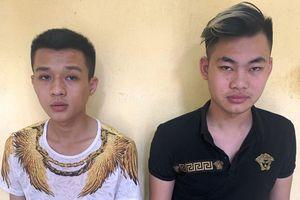 Hai thanh niên ném chất bẩn vào cửa hàng quần áo để đòi nợ thuê