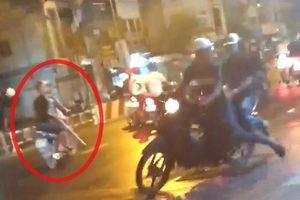 Hai nhóm giang hồ chém nhau như phim hành động, gây náo loạn đường phố