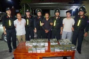 120 bánh ma túy được cất giấu dưới sàn và cánh cửa ô tô