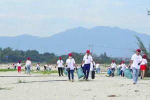 Hơn 800 tình nguyện viên chung tay dọn sạch bãi biển Đà Nẵng