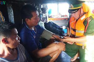 Tàu cá Quảng Bình bị chìm, 6 ngư dân thoát chết